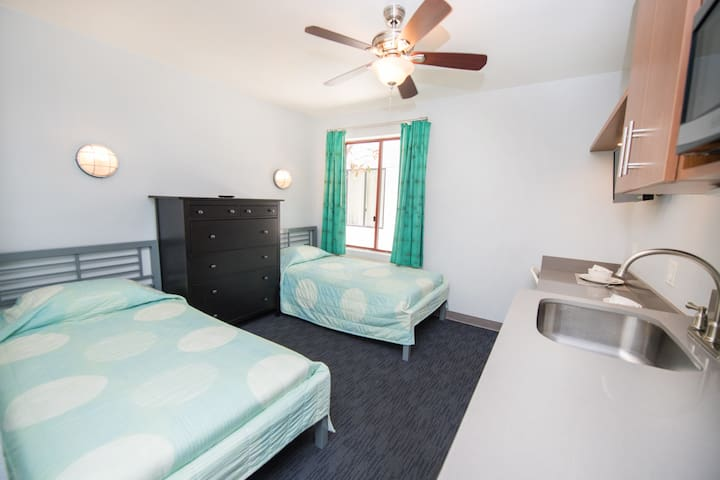 Studio in the Heart of Little Italy- 2 Twin Beds!