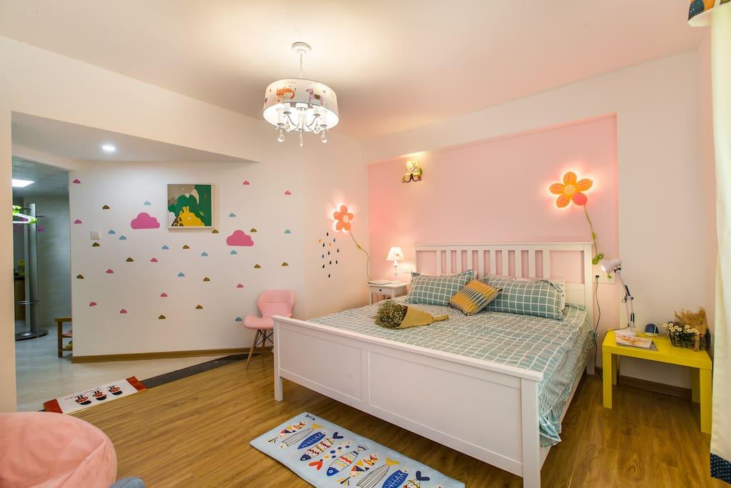 1.8米超大双人床,如云朵般的墙壁,粉红花的壁灯,一切那么梦幻,愿做梦也会笑~