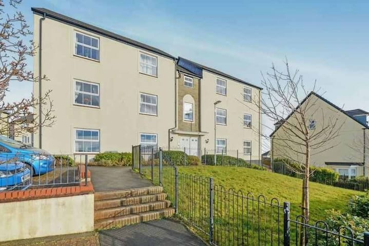 Spacious 2 Bed Apt with PARKING & Double beds