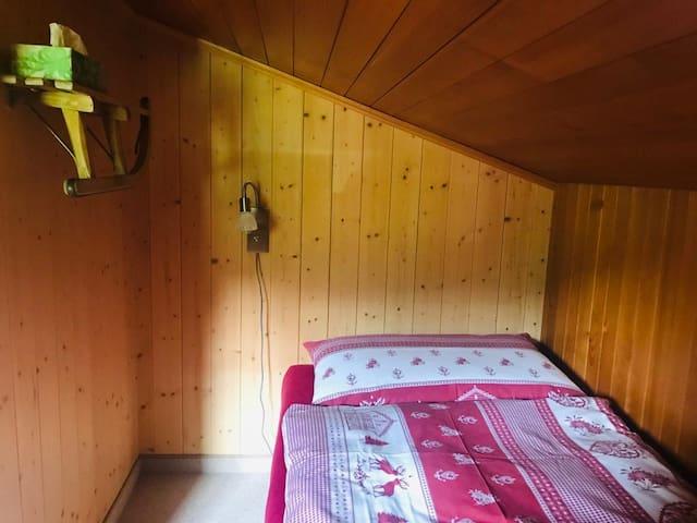Einzelbett im Einzelzimmer mit Blick Richtung Grindelwald-First.