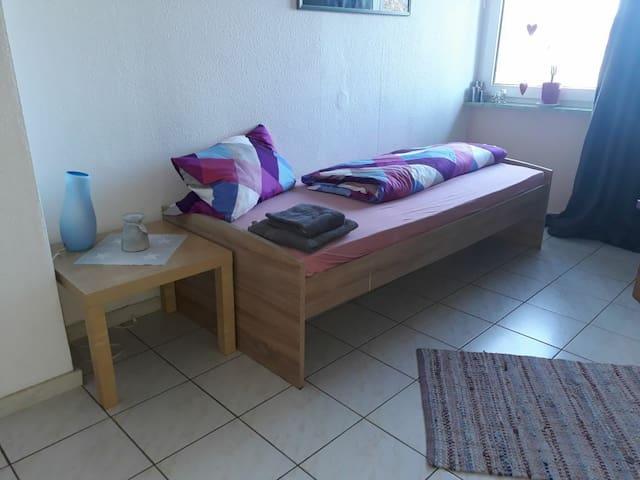 Gemütliches Zimmer mit Bad- und Küchenmitbenutzung