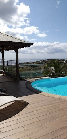Villa avec piscine, vue mer et montagne pelée