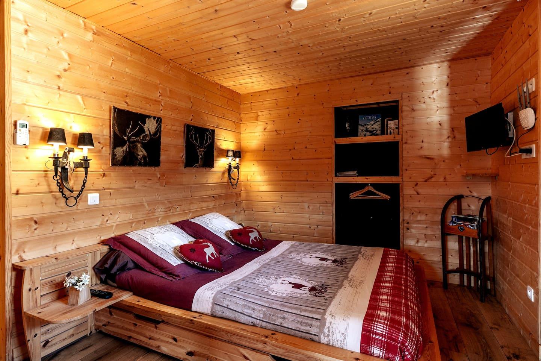 """Chambre du """"Cerf amoureux""""  La chambre est équipée d'une TV ainsi que d'un point d'accès WIFI, chauffage central ainsi que de la climatisation."""
