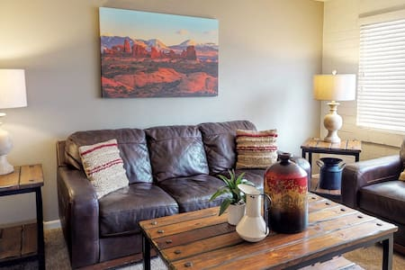 Cozy Downtown Condo Close to Arches with Full Kitchen & Hot Tub. Bike Friendly with Storage and Wash Station - Purple Sage Flats #7