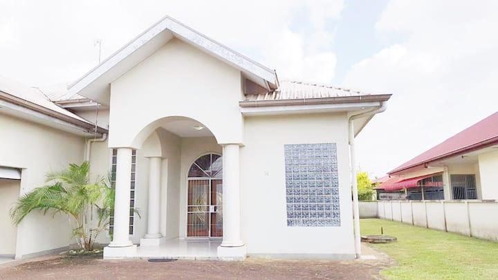 Nette villa huis Paramaribo in beveiligde buurt