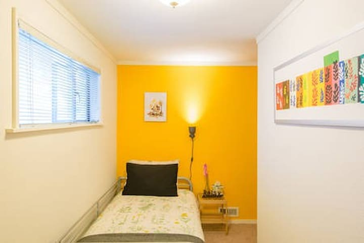 The Yellow Room, 10 min drive to downtown