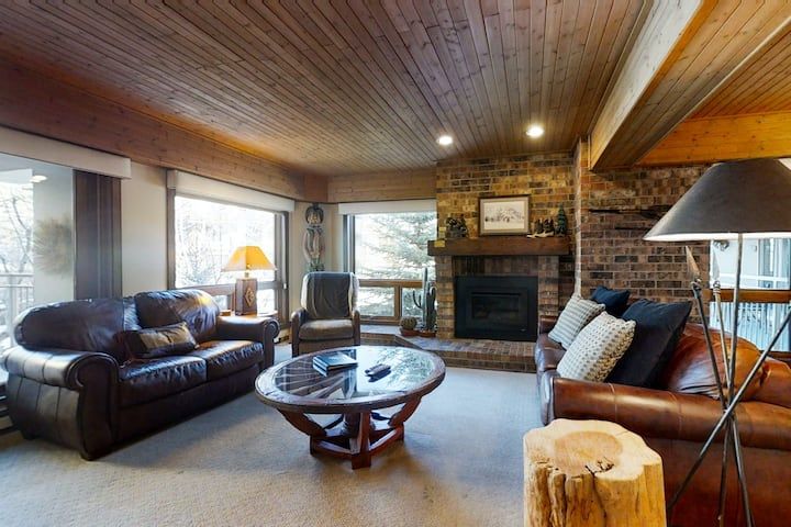 Cozy condo steps from the gondola w/ fireplace, washer/dryer & shared hot tubs!