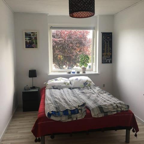 Gæsteværelse centralt beliggende i Hjallerup