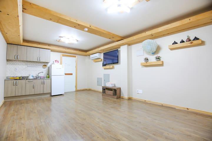 깔끔하고 넓은 원목 거실이 있는 온돌형 자락 객실