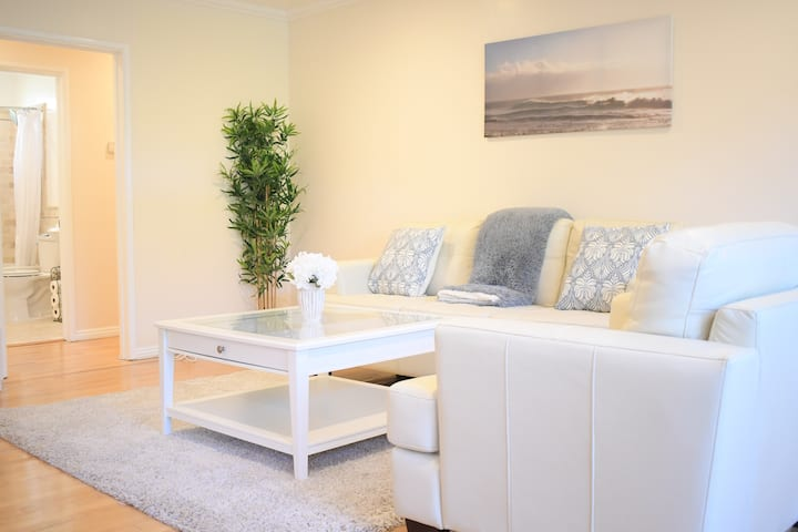 Santa Monica 2 bedroom off Montana 8 blocks beach