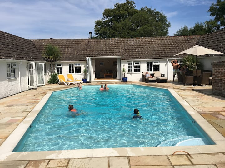 5 Star cottage near Brighton, pool, games room