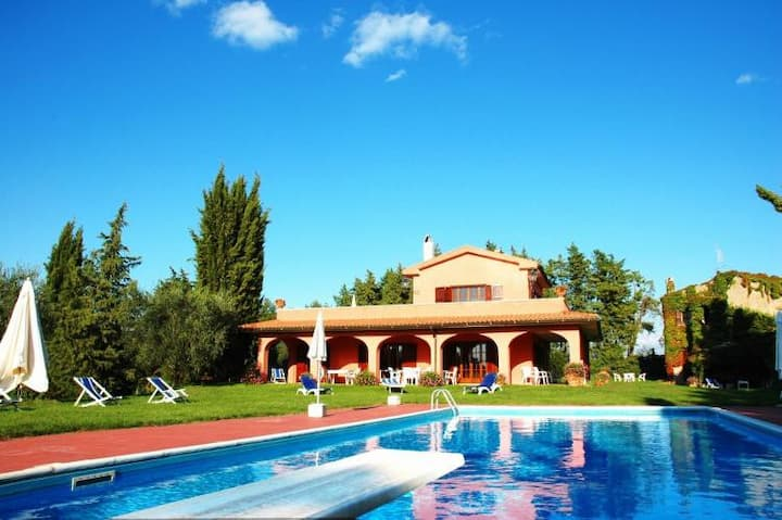 Lovely country house with private garden and pool