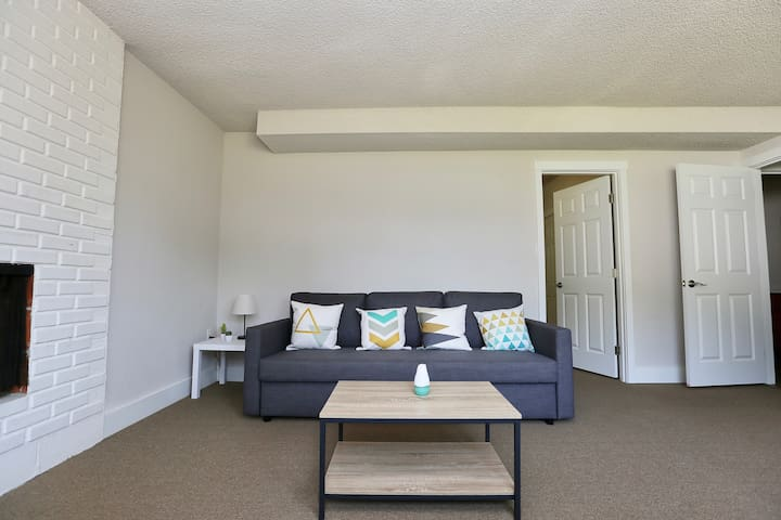 Clean & Modern Lower Level Suite close to Airport!