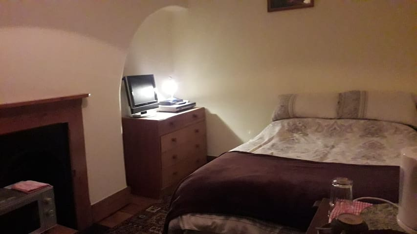 Lovely double room, period house, Fenny Stratford.