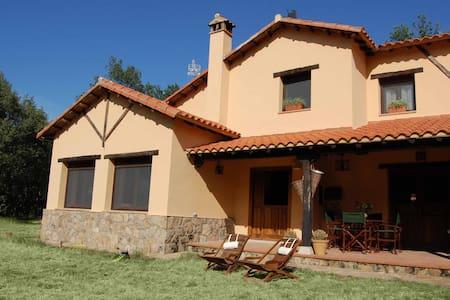 Casa rústica rodeada de bosque - Peñacaballera - Casa