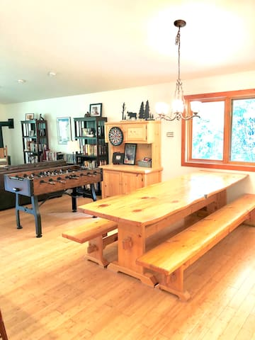 A oversized table with room for all friends and family . Foosball,board games, many books and movies and there is a gas fire place for chilly nights.