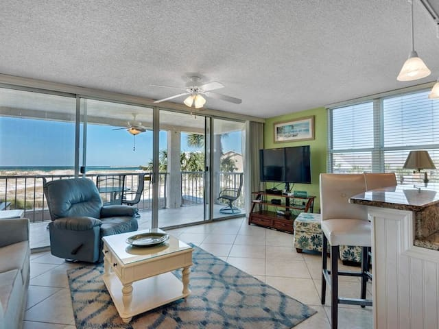 2nd Floor Comfortable bay view Condo, Beach setup & bicycles included