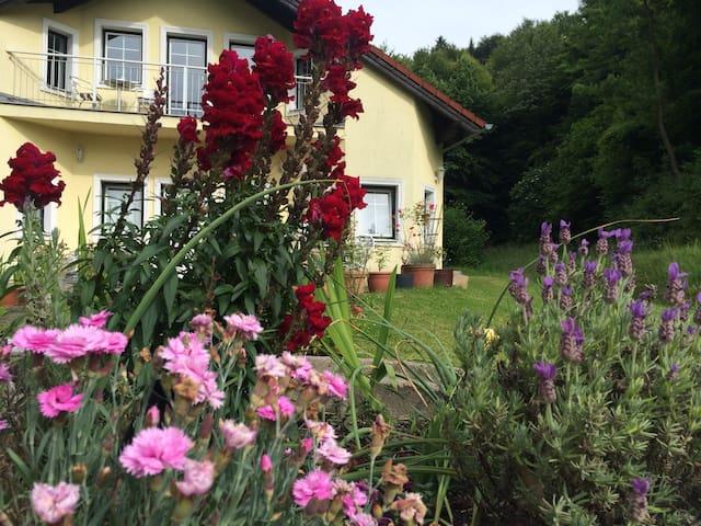 Das gelbe Haus - Hocheichberg - Byt