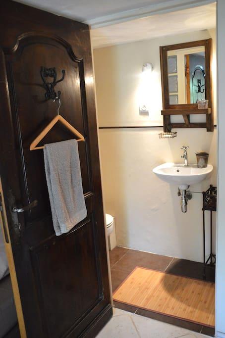Draps de lit et serviettes de bain fournis