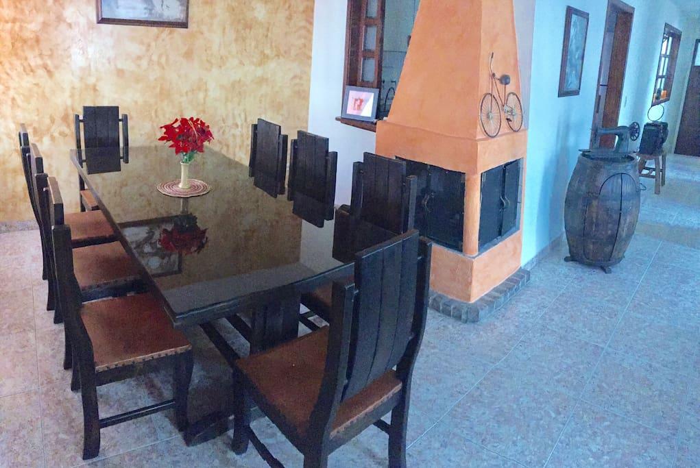 Mesa comedor para 8 personas mas chimenea Dining room -Seats 8