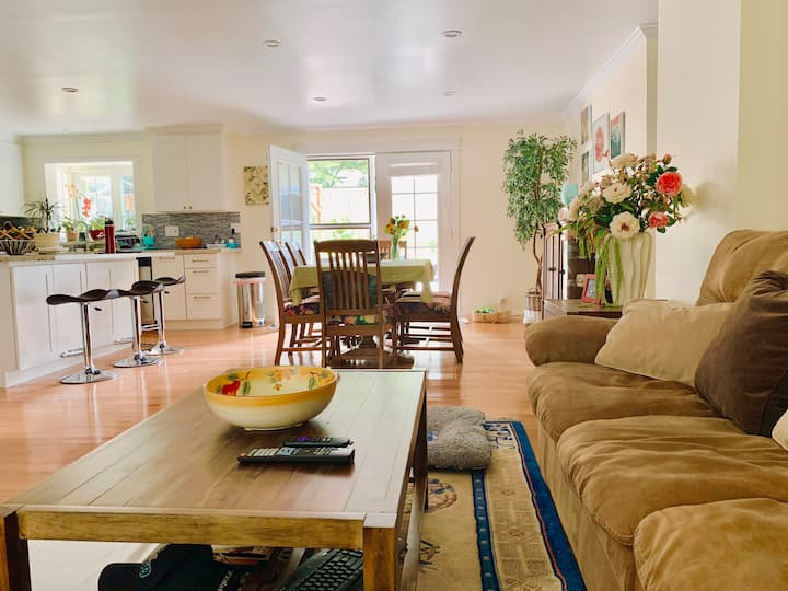 Cute room in friendly home near Lake Sammamish