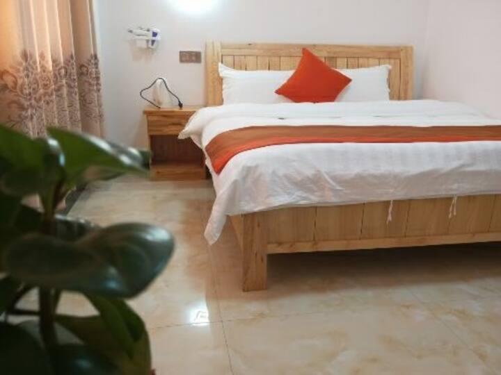 温馨大床房201,一张1米8的大床,可入住2人,房间宽敞,干净舒适,