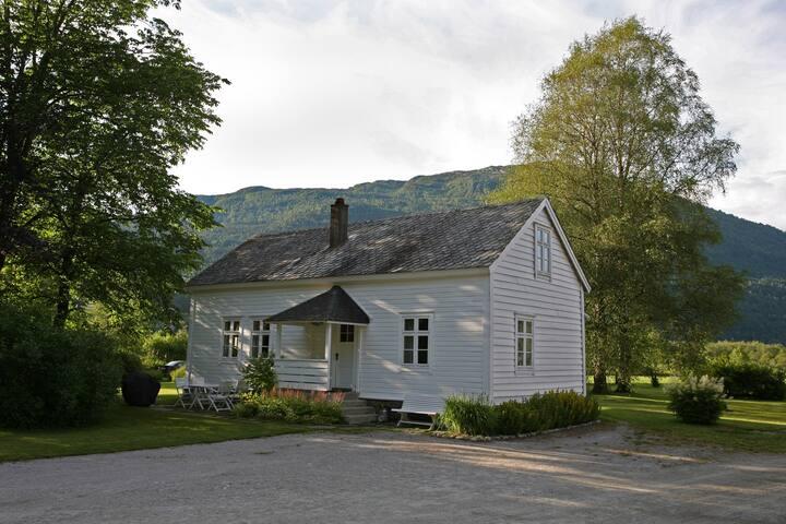 Sjarmerende hus i gårdstun, sentralt i Førde