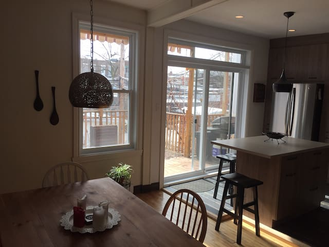 Nice place to stay with 2 rooms. Bienvenue! - Montréal - House