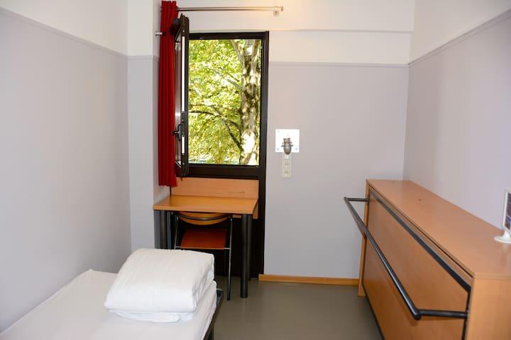 Chambre 1 lit  douche (WC palier) privée