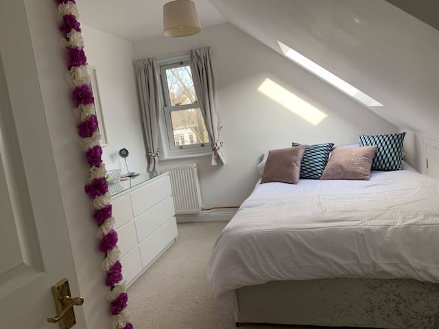 Flower themed double bedroom in the heart of Hove