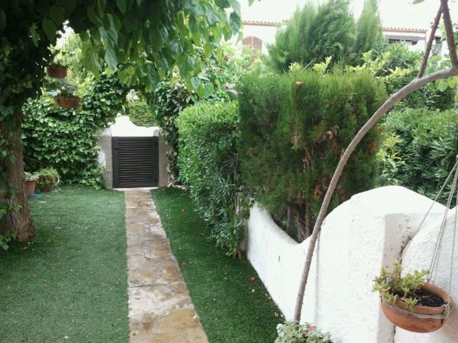 Vista completa del jardín privado
