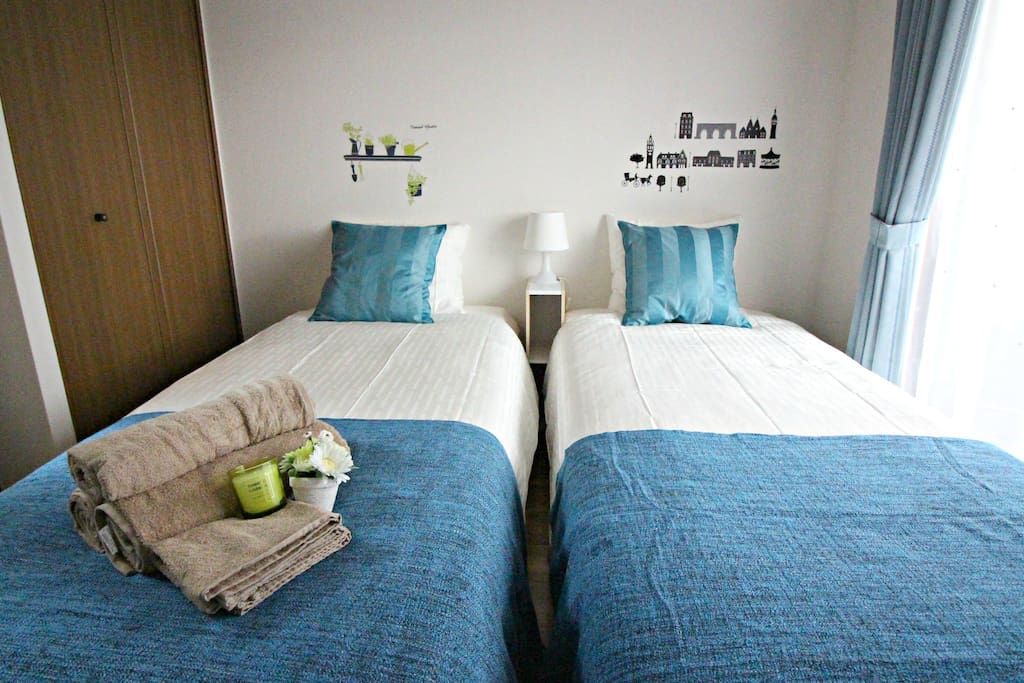 2 single beds,Air/Condition and portable pocket Wifi(you can use when you go out)!!