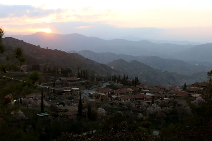 Magic Hour -Fikardou Village. WIFI - Troodos - 一軒家