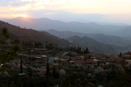 Magic Hour -Fikardou Village. WIFI - Troodos - 獨棟