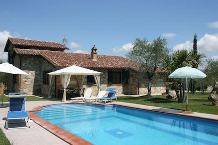 Villa Marty, sleeps 8 guests - Castiglione del Lago