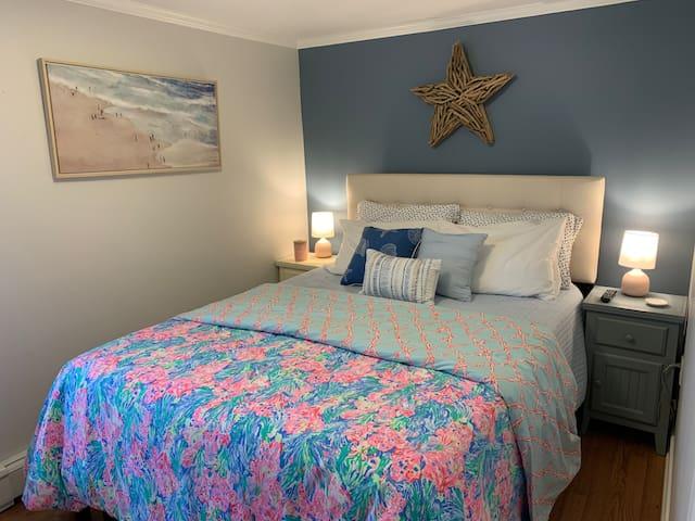 Bedroom #1- Queen bed with linens