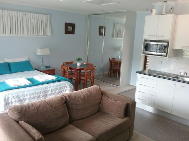 COMFY STAY - Hotel Style - short walk to the beach