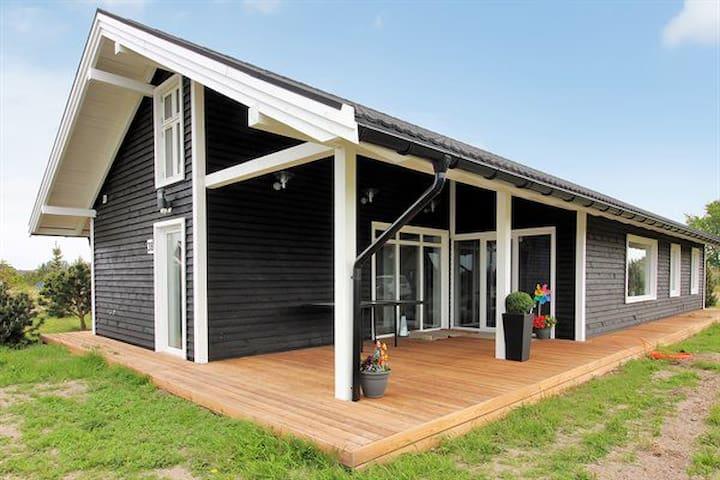 Smukt nyere sommerhus på 132 m2 ved Marielyst