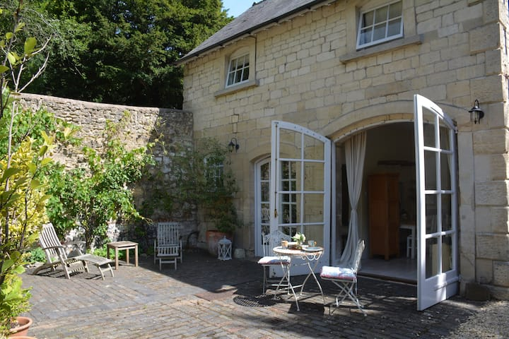 Slad Valley  Cotswold Stone Coach House sleeps 2