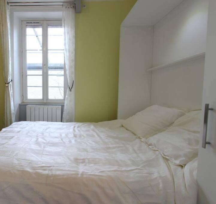 Le lit ouvert donne un coin chambre sur cour