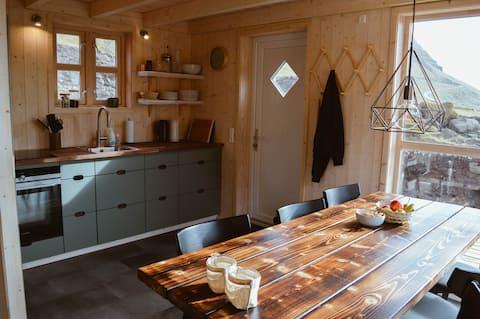 Idyllic Múlafossur Cottage ในธรรมชาติที่เงียบสงบ