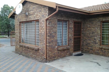 Boksburg's best hidden cottage - Boksburg - Dom