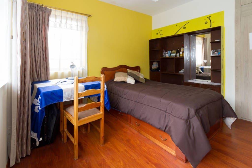 Habitación ideal para descanso o trabajo en una casa de dos plantas