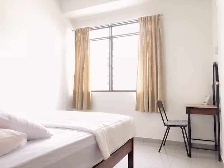 Room 4 • Lee's Homestay | 9-mins walk to GURNEY