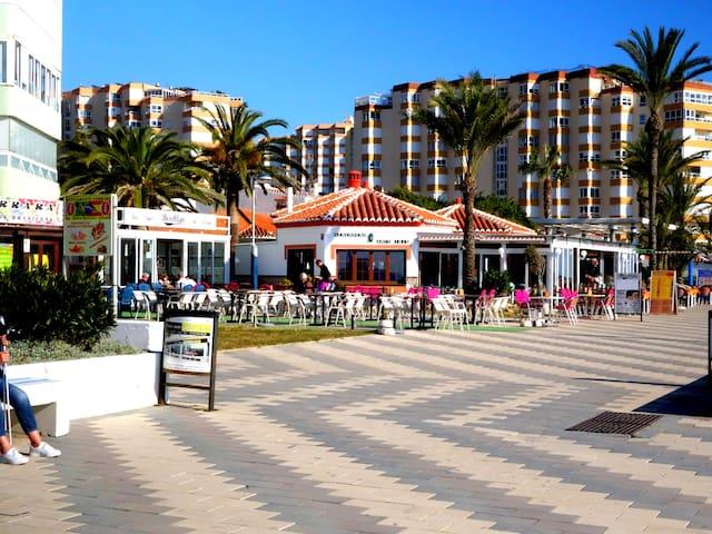Den långa strandpromenaden är fylld av restauranger