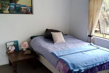 Cozy & comfy bedroom in cute house - Coromandel