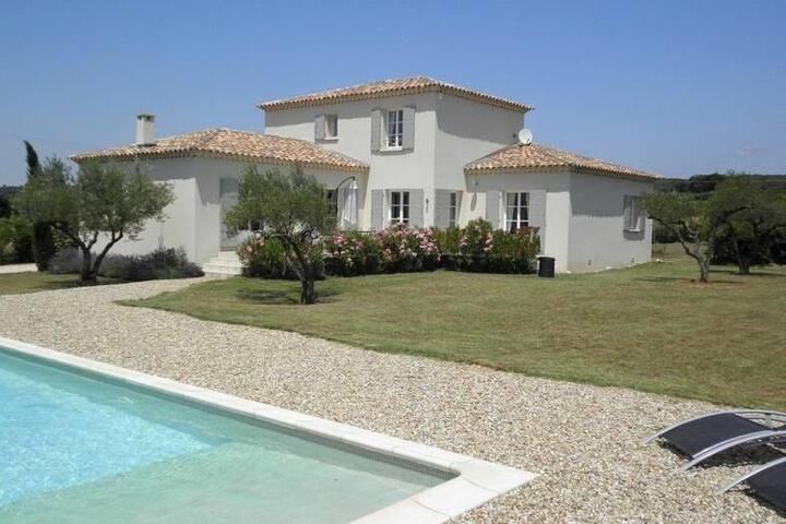 A beautiful new luxury villa close to Uzès.