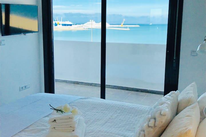And the parental suite You can contemplate the sea !! Chambre parentale avec terrasse en face de la mer