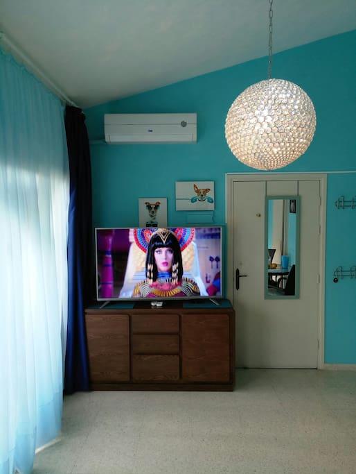 "Насладитесь яркими красками  в Ultra HD на экране в 55 дюймов!  Enjoy 4K UHD on 55"" TV."