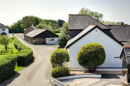 Family Accommodation with on-site swimming pool - Stratton